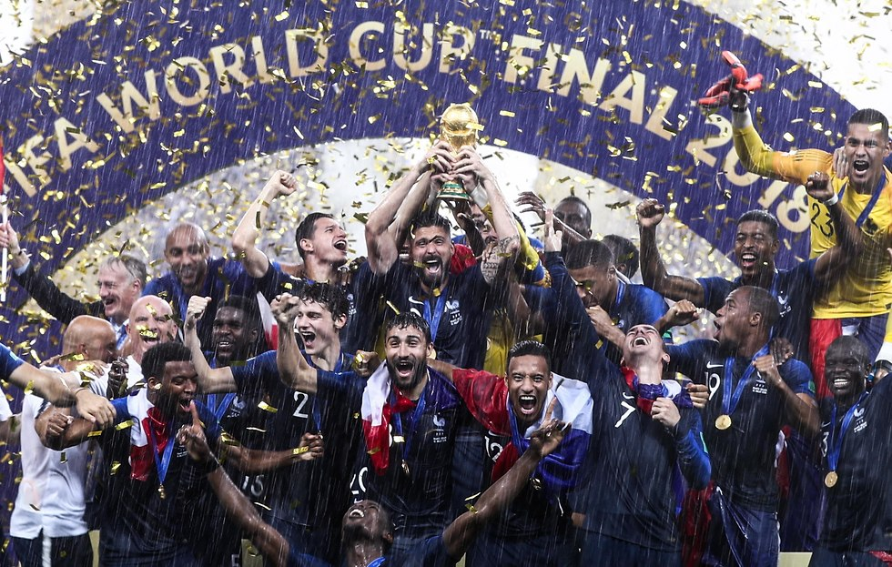 נבחרת צרפת חוגגת בהנפת הגביע (צילום: MCT)