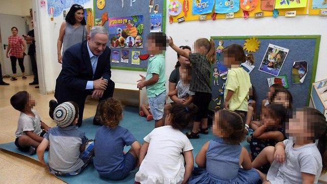 נתניהו מבקר ילדים הגן בשדרות (צילום: חיים צח, לע