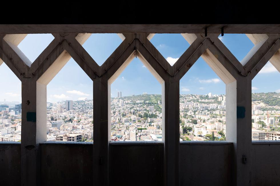 ומי שייכנס פנימה יוכל ליהנות מנוף נדיר של חיפה. צריך רק לפנות לצד השני של הבניין, כדי ליהנות מנוף הים (צילום: גדעון לוין)