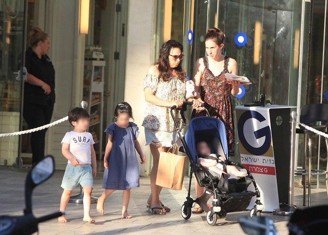 אמא'לה. שרונה פיק והילדים  (צילום: מוטי לבטון)