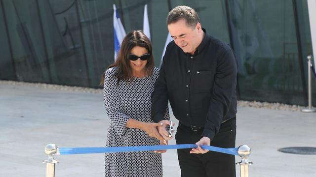 Рона Рамон и министр Исраэль Кац дали добро на приземление первого самолета. Фото: Моти Кимхи
