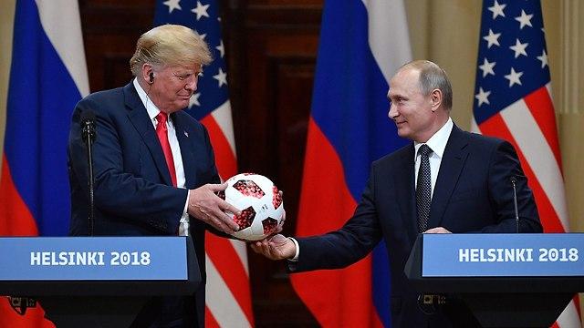 ולדימיר פוטין ודונלד טראמפ מסיבת עיתונאים (צילום: AFP)