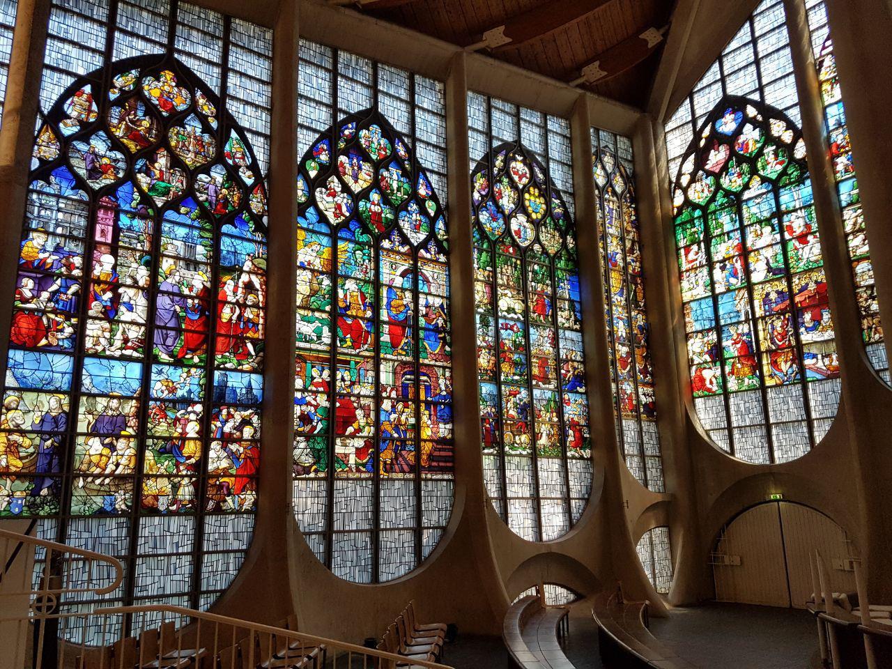 ויטראז' בכנסייה לזכר ז'אן ד'ארק, סמוך למקום הוצאתה להורג (צילום: אחיה ראב