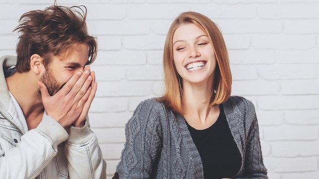 זוג צעיר מתפקע מצחוק (צילום: Shutterstock)