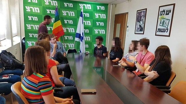 הרצאה לתלמידי תיכון בחדר הסיעה של מרצ על ידי ארגון שוברים שתיקה (צילום: אלי מנדלבאום)