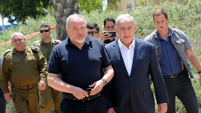 Netanyahu and Lieberman in Gaza region (Photo: Haim Horenstein)