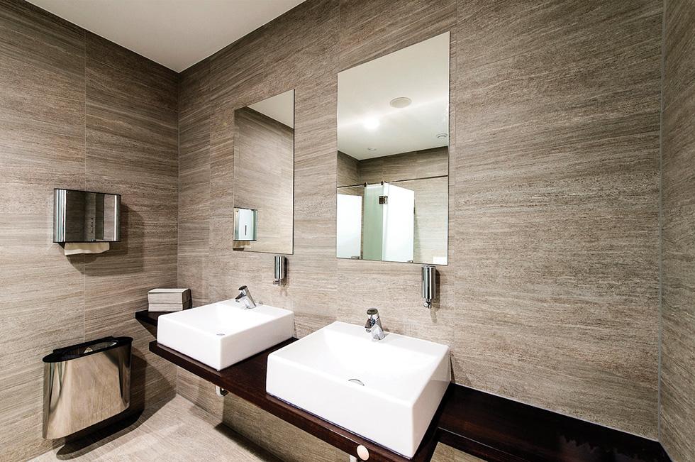 ישנם לוחות גבס המיועדים לחללים ברטיבות גבוהה, כמו חדרי אמבט או מטבחים (צילום: עידן גור, עיצוב פנים: איריס מנור)