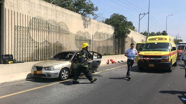 רכב שעלה באש באיילון (צילום: דוברות מד