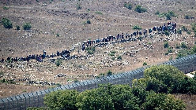 Syrian refugees approaching the Israeli border (Photo: EPA)