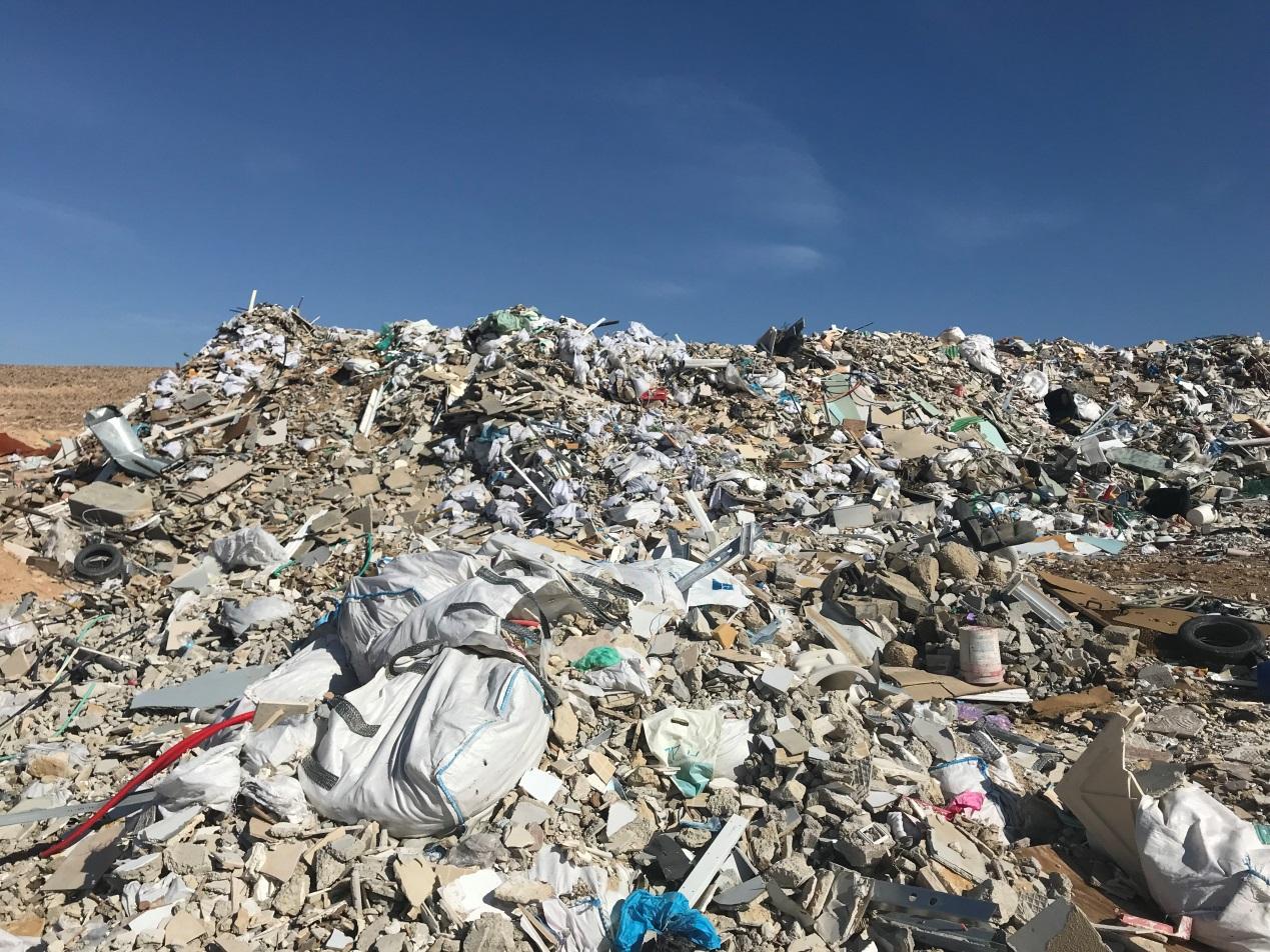 (צילום: עודד נצר, באדיבות המשרד להגנת הסביבה. פסולת בניין בבקעת ערד)