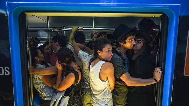 אילוס אילוסטרציה נוסעים ב רכבת עמוסה צפופה (צילום: shutterstock)