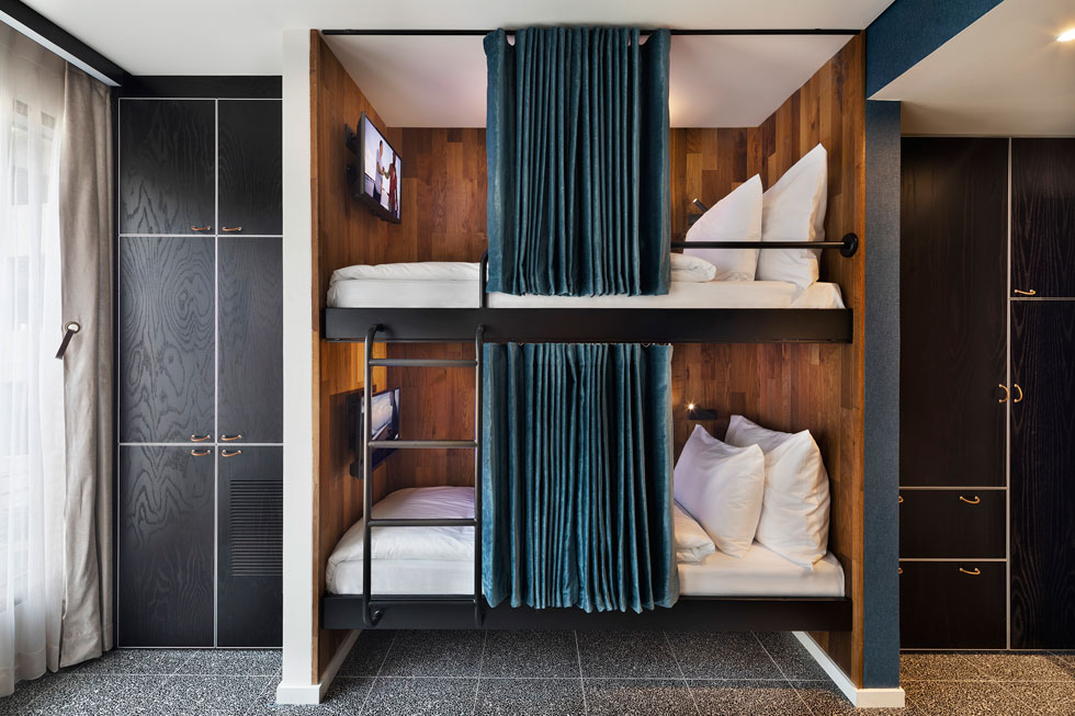 בחדרים הגדולים יותר יש אפשרות להלין ילדים במיטת קומתיים (צילום: אסף פינצ'וק)