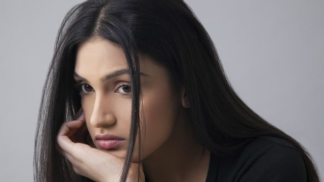 אישה מלאת חששות (צילום: Shutterstock)