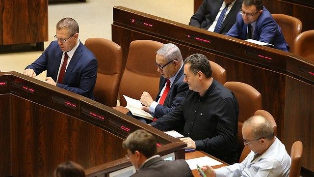 Netanyahu votes in favor surrogacy bill    (Photo: Amit Shabi)