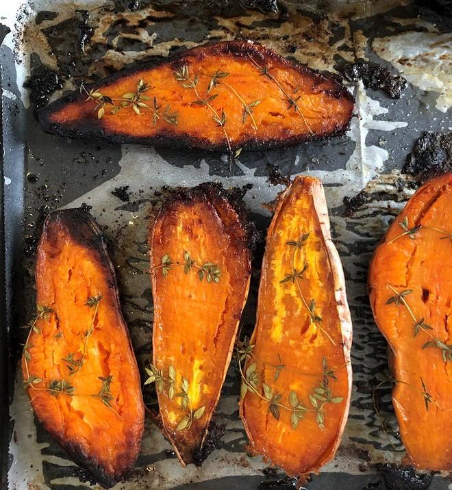 בטטות מקורמלות בתנור (צילום: עז תלם)