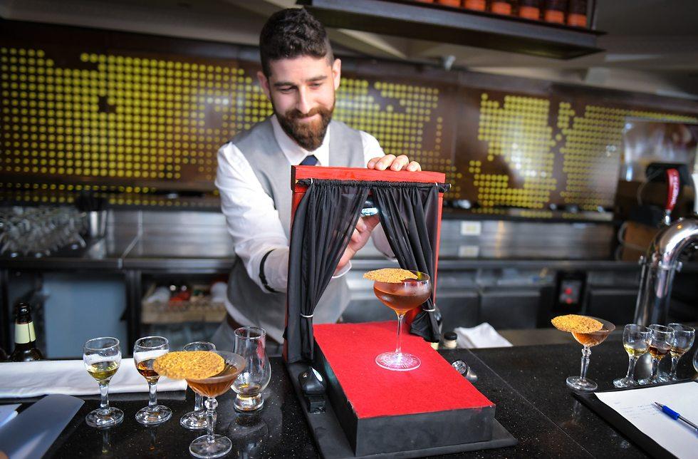 ברמן מכין קוקטייל (צילום: שלומי זירה)
