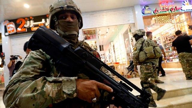 עיראק הפגנות בבצרה נגד השלטון ואיראן (צילום: AFP)