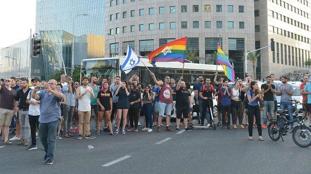 מפגינים בקריית הממשלה בתל אביב נגד חוק הפונדקאות (צילום: מוטי קמחי)