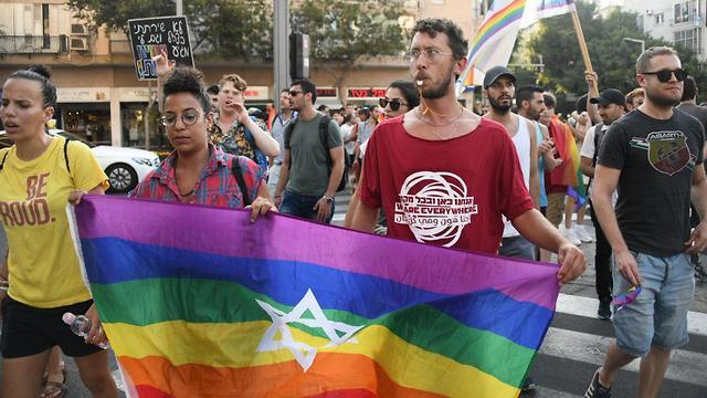 מפגינים בכיכר הבימה בתל אביב נגד חוק הפונדקאות (צילום: יאיר שגיא)