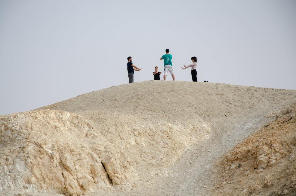 יוגה במדבר (צילום: אבישי אפרת)