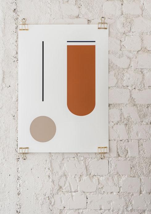עבודה של אדוה הופשטיין על קיר סיליקט לבן  (צילום: סיון אסקיו)