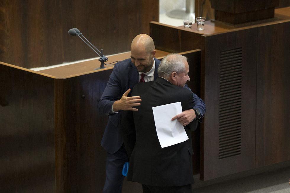 אמיר אוחנה ודודי אמסלם מתחבקים (צילום: עמית שאבי)