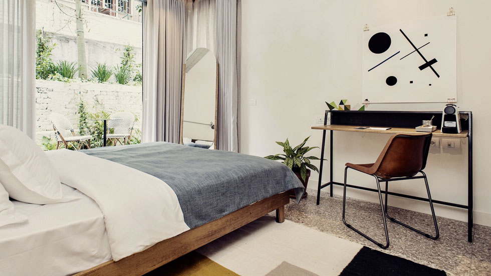 """החדרים בקומה הראשונה נהנים ממרפסת גן פרטית.  """"לא רצינו מלון יוקרתי"""", מסביר האדריכל, """"אלא מקום נעים עם חומרים שקשורים לכאן""""  (צילום: סיון אסקיו)"""