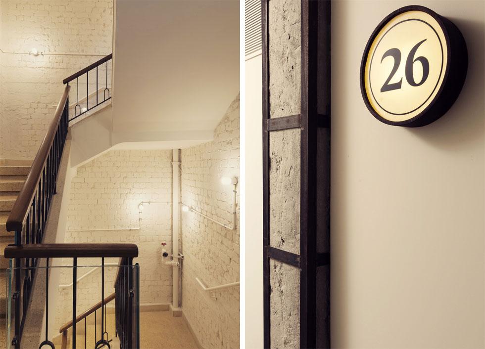 גרם המדרגות המקורי, העשוי מיציקת טראצו, השתמר ושופץ, כולל מעקה הברזל. הקירות נחשפו ולבני הסיליקט נצבעו בלבן אטום. לאורך המסדרונות ניתן להבחין בחיזוקי ברזל חדשים שעוטפים עמודי בטון ישנים. הם הוכנסו לשם חיזוקו של הבניין הישן, ומתקבלים כחלק מהאסתטיקה החדשה שלו (צילום: בועז לביא)