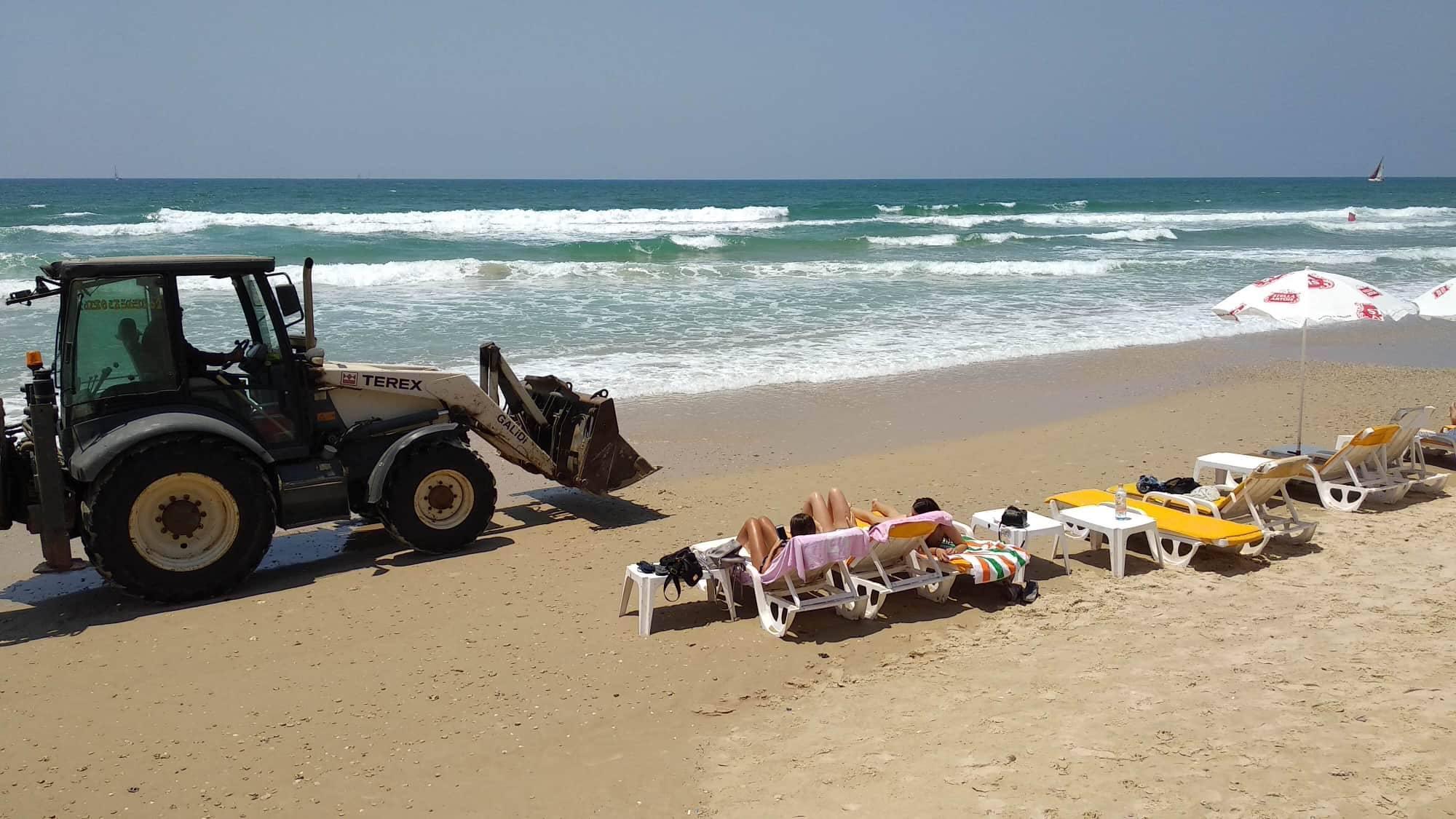 Репатриант удивился, что по пляжу ездит трактор. Мэрия Герцлии: опасности нет