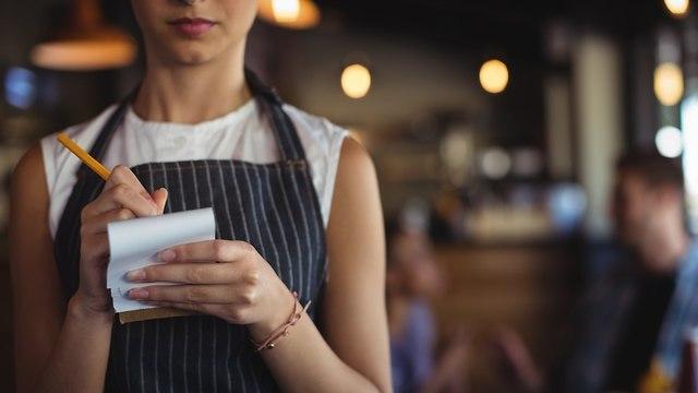 מלצרית בעבודה (צילום: shutterstock)