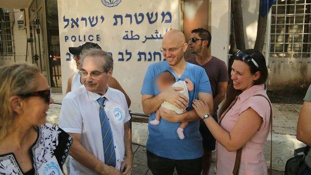 עורכי טקסים ממרכז הויה מסגירים עצמם למשטרה בתל אביב (צילום: מוטי קמחי)