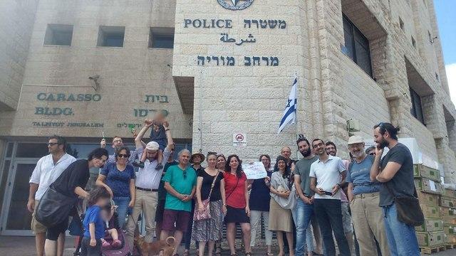עורכי טקסים ממרכז הויה מסגירים עצמם למשטרה בירושלים (צילום: חגי אלקיים)