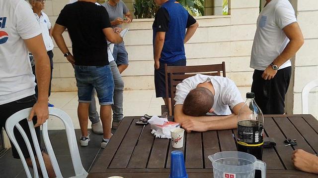 Друзья Авива в доме родителей погибшего друга. Фото: Ранен Бен-Цур (Photo: Raanan Ben-Zur)