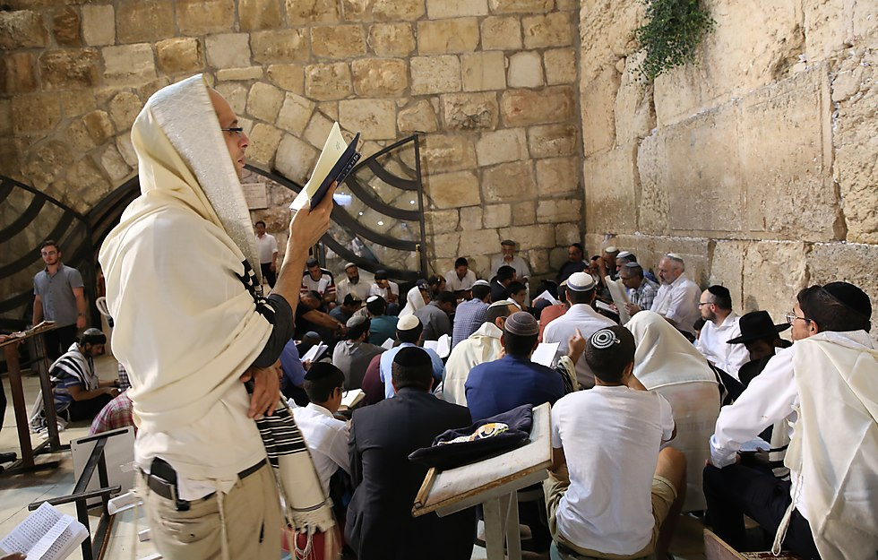 Tisha B'Av at the Western Wall (Photo: Alex Kolomoisky)