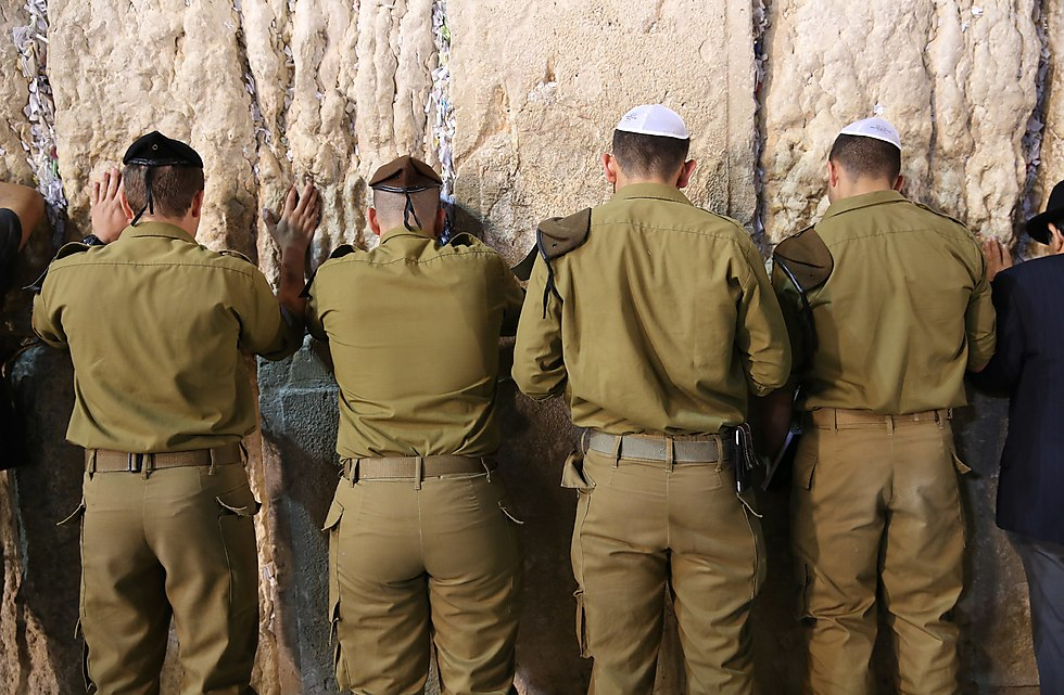 Soldier pray at the Western Wall (Photo: Alex Kolomoisky)