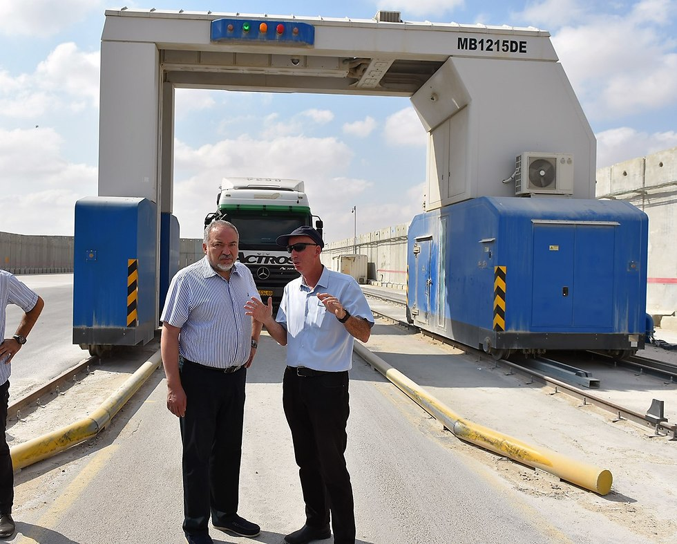 Lieberman at the Kerem Shalom border crossing (Photo: Ariel Hermoni, Ministry of Defense)