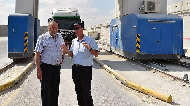 אביגדור ליברמן במעבר כרם שלום (צילום: אריאל חרמוני, משרד הביטחון)