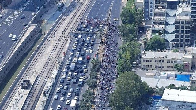 חסימת כבישים באיילון דרום בעקבות מחאת הקהילה הגאה (צילום: אור קרבקי )
