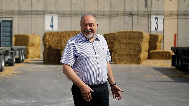 Defense Minister Avigdor Lieberman visitng Kerem Shalom Crossing (Photo: Reuters)