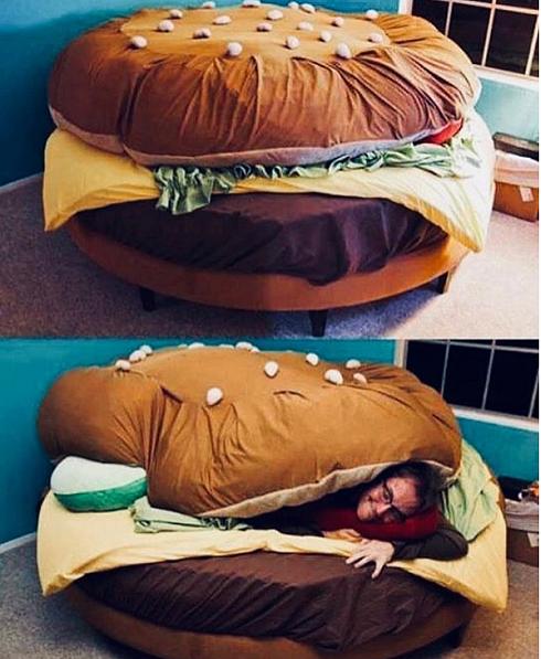 לישון בין שני הדברים הכי טובים בחיים - לחמניות (מעמוד האינסטגרם של supergadgetz)