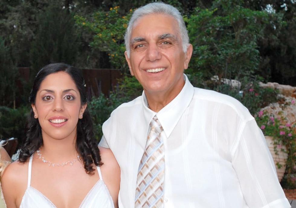 """עינת עם אביה חיים כהן, ביום חתונתה. """" הלוואי שזה יהיה ME TOO הבא. שאנשים יקומו ויגידו: 'חטפנו, החטפנו, בואו נעצור את זה'"""" (צילום: צמצם)"""