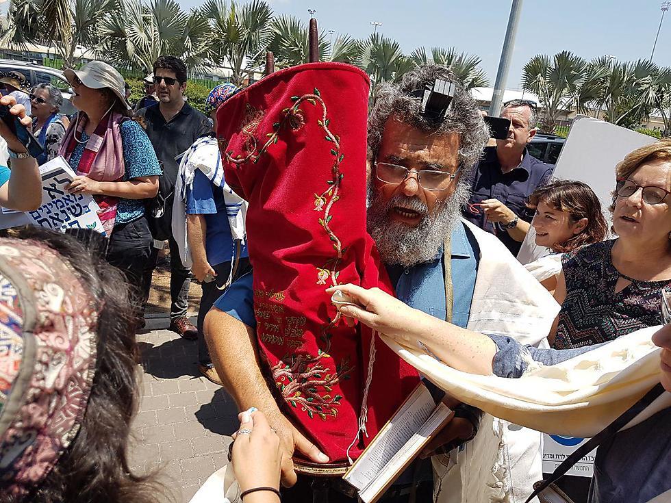 תשעה באב של הרב דב חיון, מחוץ לרבנות חיפה (צילום: אחיה ראב