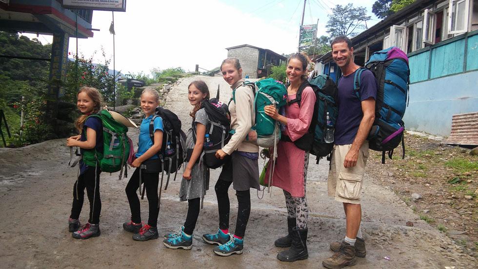 היום הראשון של טראק סובב אנאפורנה בנפאל. עשינו אותו ב-20 יום. אחד האירועים הטובים בחיינו: התמודדות, סיפוק, טבע, יחד ואושר. מימין: אושר, דיקלה, כליל, גומא, דולב ושיזף (צילום: משפחת זיסמן)
