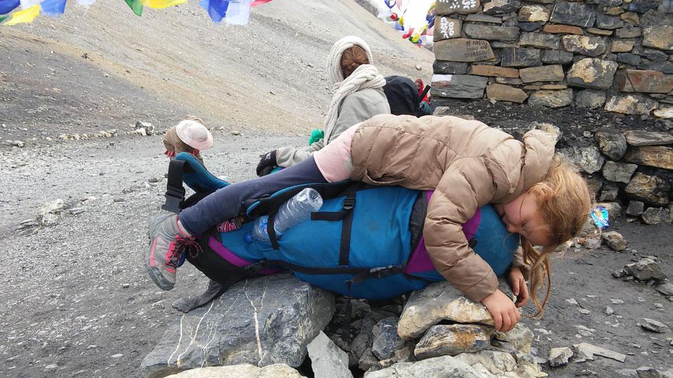 מגיעים לבפסגת סובב אנאפורנה בנפאל, ושיזף נשפכת לגמרי. אולי בגלל הגובה, אולי בגלל המאמץ, אולי בגלל ההשכמה המוקדמת (3+-) (צילום: משפחת זיסמן)