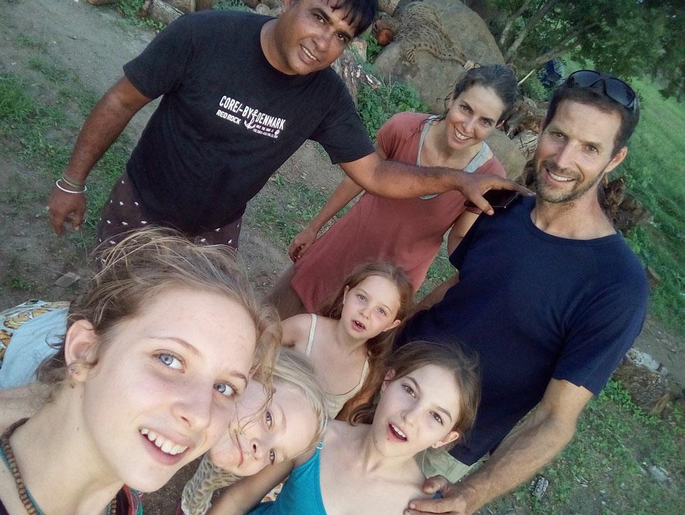 """בנסיעה מדרום לצפון הודו, מצאנו """"דאבות"""", עם אוכל מקומי וטעים, באיזור שיש בו רק-רק-רק גברים. בתמונה אנחנו עם בעל הדאבה שמאוד התרגש וביקש תמונות לשלוח לאשתו (צילום: משפחת זיסמן)"""