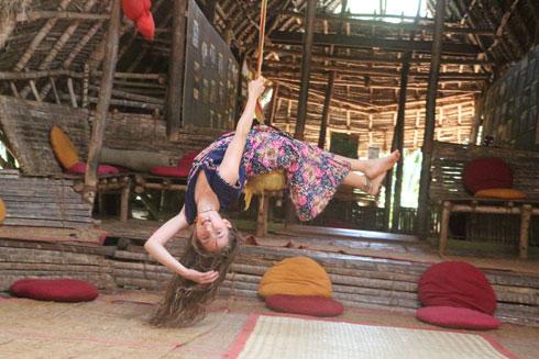 בזמן ההתנדבות בחוות sadhana forest בטמיל נאדו בהודו, כל אחת מהבנות למדה משהו. גומא למדה לרחף על חבל טיסו בבקתה (צילום: משפחת זיסמן)