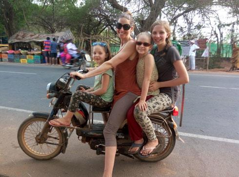 חיינו כמה חודשים בקוט-רואד בהודו והתנדבנו בחווה לייעור ואגירת מים. מדי פעם יצאנו עם הטוסטוס לקנות פירות, לשתות קוקוסים או סתם להסתובב. מימין: כליל, דולב, דיקלה, שיזף (צילום: משפחת זיסמן)