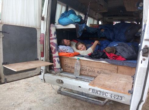 בוקר אחרי לילה במיניבוס שלנו בהודו. אושר ישן עם כליל ודולב וגומא ישנה למעלה (צילום: משפחת זיסמן)