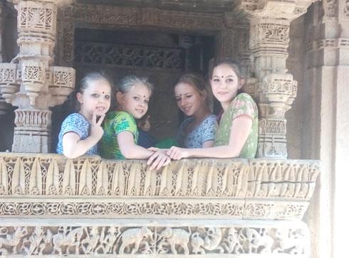 הבנות במקדש בגוג'ראט, הודו (צילום: משפחת זיסמן)