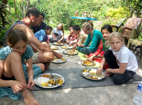 אחת הארוחות הנפאליות הטעימות שאכלנו, בחג האחים, בפוקרה, עם משפחת ברטולה (צילום: משפחת זיסמן)
